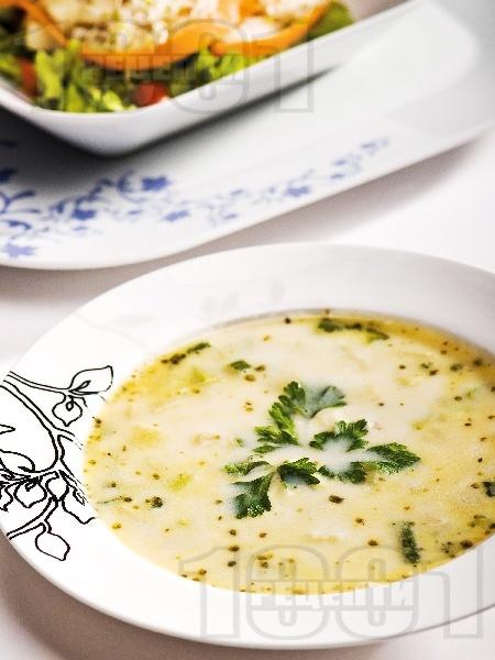 Млечна рибена супа (чорба) с бяла риба и зеленчуци (картофи, моркови, тиквички, зелен фасул / боб) - снимка на рецептата